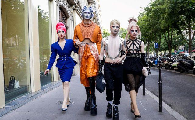 Gostje prihajajo na predstavo Bionic ShowGirl, ki bo na ogled v znamenitem pariškem kabareju Crazy Horse. Avtorica in glavna nastopajoča na predstavi je angleška pevka Viktoria Modesta. FOTO: Geoffroy Van Der Hasselt/AFP