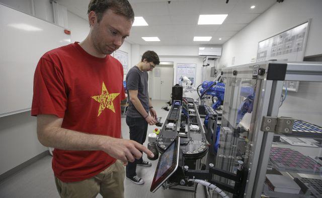 Namen centra je tudi, da ljudje iz industrije vidijo, kako ustvariti koncept pametne tovarne, da bodo lažje in hitreje sprejeli nove načine. Foto Jože Suhadolnik