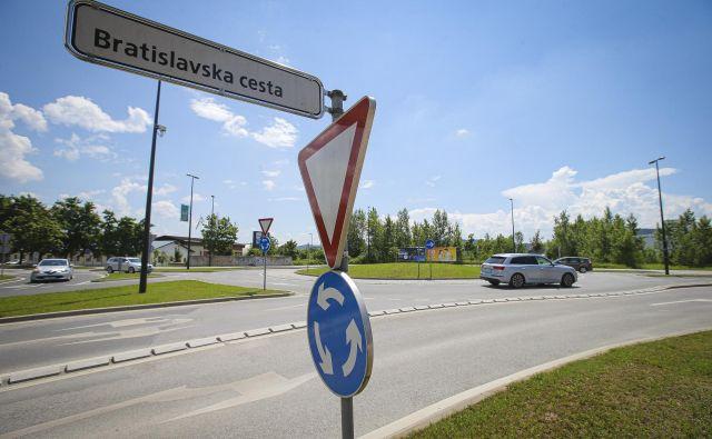 V krožišču med Bratislavsko in Letališko bodo uredili dodaten priključek. Foto Jože Suhadolnik
