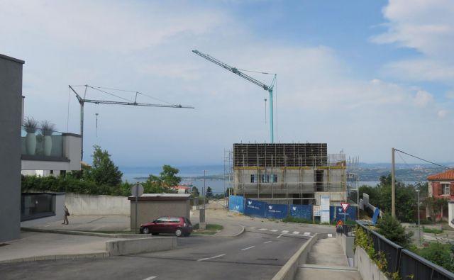 Dolgoletni hišni gradbinec koprske občine, družba Grafist, gradi na prestižnem območju s pogledom na Koprski zaliv več enostanovanjskih hiš. Gradnje brez predhodne dobre volje občine verjetno ne bi bilo. FOTO: dokumentacija Dela
