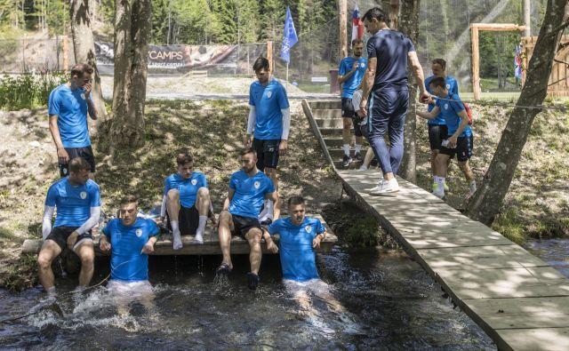 Takole so si privoščili ohladitev v Pišnici (z leve) Blažič, Vidmar, Verbič, Šporar in Iličić, v ozadju čakata na prostor še Balkovec in Mitrović. FOTO: Voranc Vogel