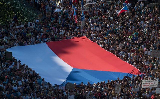 Današnji protest v Pragi ni bil prvi; protesti v češki prestolnici in drugod v državi potekajo<strong> </strong>že od aprila, pritisk na Beneša pa je prišel tudi iz Evropske unije. FOTO: Michal Čižek/AFP