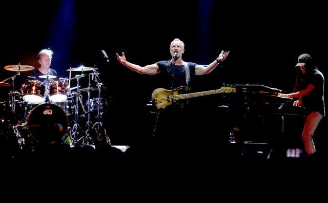V razprodanih Stožicah je Sting znova potrdil, da je po več kot 40 letih glasbenega ustvarjanja še vedno v vrhunski pevski in glasbeni formi. FOTO: Roman Šipić/Delo