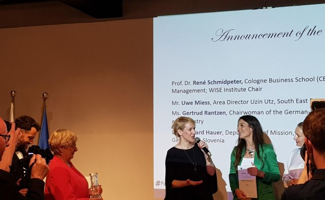 Predsednica Slovensko-nemške gospodarske zbornice Gertrude Rantzen (levo) ob podelitvi nagrade nemškega gospodarstva predstavnicam podjetja Skaza. FOTO: Marjana F. Kristan/Delo