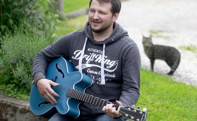 Rok Drobun ni našel prave kitare zase, zato si jo je izdelal sam. In to ne iz lesa, ampak iz karbona. FOTO: Roman Šipić