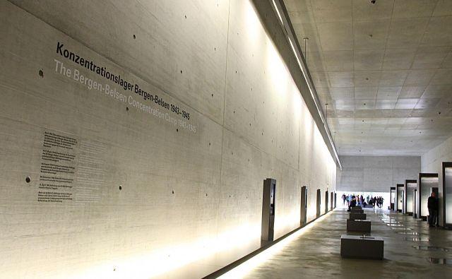 Sodoben spominski center Bergen-Belsen tudi z arhitekturo govori o grozljivostih koncentracijskih taborišč. Foto Simona Fajfar