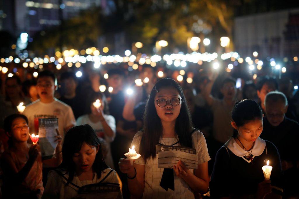 FOTO:V Hongkongu so se desettisoči poklonili žrtvam na Trgu nebeškega miru