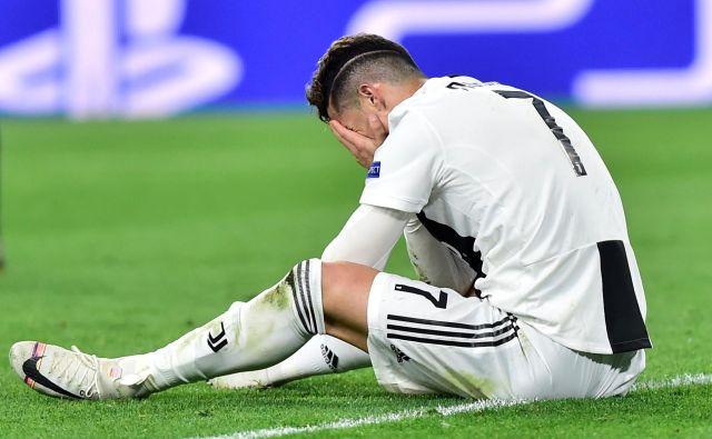 Novica o obtožbi posilstva zoper nogometnega zvezdnika je pristala v svetovnih medijih in povzročila 15-odstotni potop delnic Ronaldovega Juventusa. FOTO: Massimo Pinca/Reuters