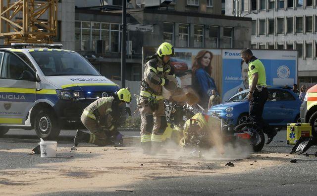 Nesreča motorista v središču prestolnice. FOTO: Blaž Samec/Delo