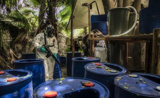 Policist straži med zasegom in uničenjem enega od treh tajnih laboratorijev sintetičnih drog, predvsem metamfetamina v El Doradu, v mehiški zvezni državi Sinaloa. FOTO: Rashide Frias/AFP