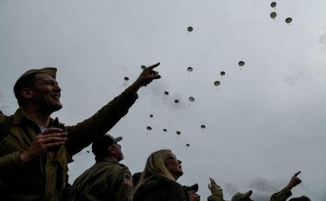 Prelet vojaških letal in padalcev. FOTO: Bertrand Guay/AFP