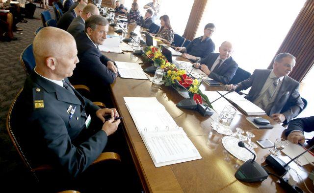 Odbor za obrambo je včeraj z glasovi opozicije in Levice odločil, da je pred odločanjem o strategiji nacionalne varnosti potrebna javna razprava. Šele nato bo na vrsti (morebitna) širitev pooblastil obveščevalcev.<br /> <br /> FOTO: Roman Šipić/Delo