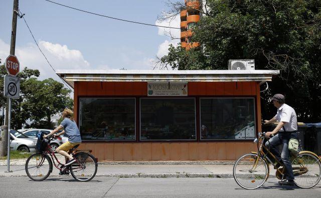 Kiosk s sadjem na Triglavski ulici še kljubuje občinskemu odloku, sprejetemu leta 2016. FOTO Blaž Samec/Delo