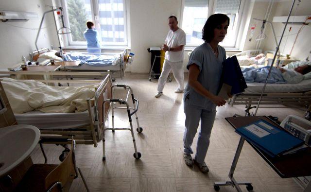 Bliža se kritičen poletni čas, ko bo trend zapiranja bolnišničnih oddelkov zaradi pomanjkanja medicinskih sester še večji kot v preteklosti. Foto Roman Šipić/Delo