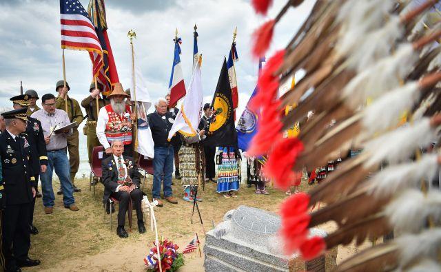 Ameriški vojni veteran 2. svetovne vojne, indijanske krvi, Charles Shay, se je udeležil slovesnosti v poklon ameriškim indijancem, ki so se borili po izkrcanju v Normadiji, na plaži Omaha v Saint-Laurent-sur-Meru, na zahodu Francije. FOTO: Loic Venance/AFP