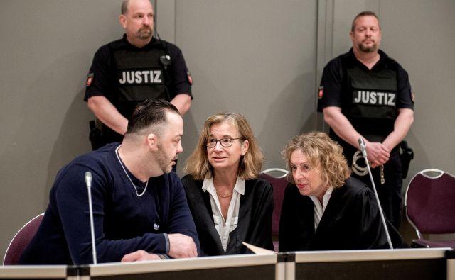 42-letnik (na fotografiji prvi z leve strani) je na sojenju, ki se je začelo oktobra lani, priznal umor 43 ljudi, zanikal umor petih, za 52 primerov pa ni prepričan, če je kriv.FOTO: Reuters