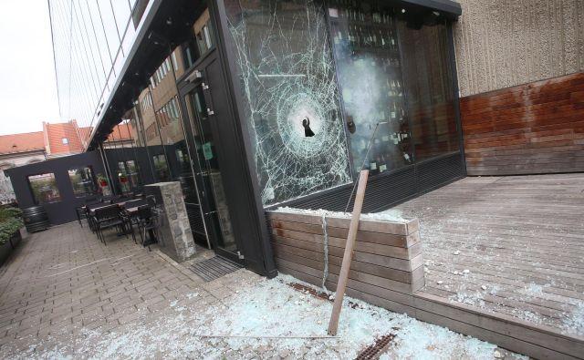 Konec marca je pred lokalom Saša Arsenoviča odjeknila eksplozija. FOTO: Tadej Regent/Delo