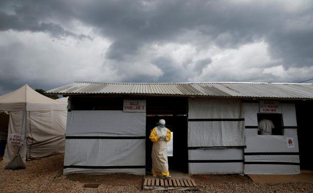Zdravstveni delavci imajo z ebolo veliko težav. FOTO: Reuters