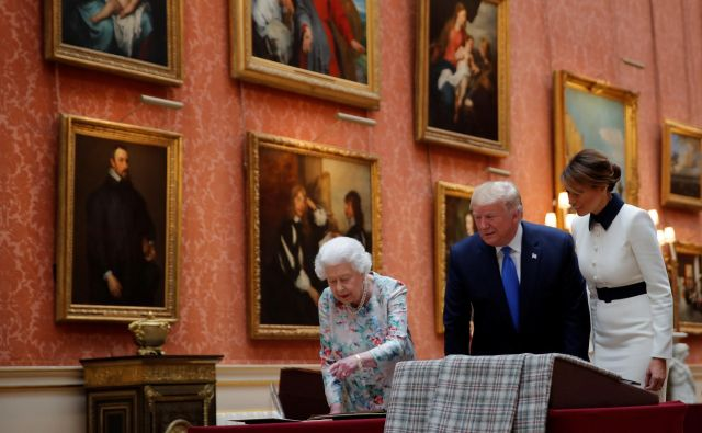 U.S. President Donald Trump, First Lady Melania Trump and Britain's Queen Elizabeth review items from the Royal Collection at Buckingham Palace, in London, Britain, June 3, 2019. REUTERS/Carlos Barria Foto Carlos Barria Reuters