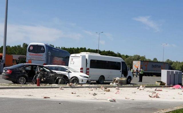 Prizorišče nesreče na avtocestnem parkirišču odcepoma Okučani in Novska v smeri Zagreba. FOTO: Radio Nova Gradiška