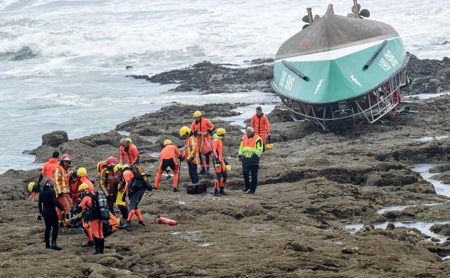 V nesreči čolna reševalcev, pripadnikovorganizacije za reševanje na morju Société nationale de sauvetage en mer, so življenja izgubili trije reševalci. FOTO: Sebastien Salom-gomis/AFP