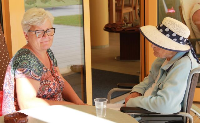 Starejši, ki živijo doma, največ pomoči potrebujejo pri ohranjanju socialnih stikov, kar je zelo pomembno za ohranjanje samostojnosti. Foto Oste Bakal