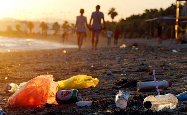 Tudi turisti prispevajo k onesnaženju. FOTO: Miloš Biščanski