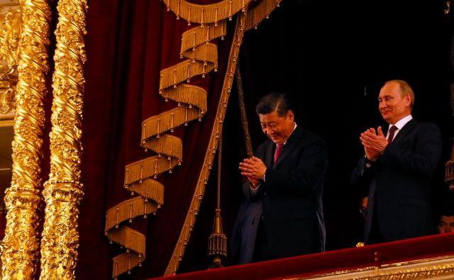 Forum Spief je bil posvečen kitajsko-ruskemu dvojcu, ki se ponuja svetu kot varuh trdne globalizacije. Na fotografiji Xi in Putin pred dnevi v moskovskem Bolšoj teatru. FOTO: Reuters