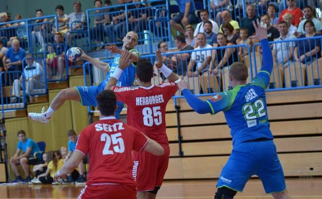 Aleksander Špende, ki bo kariero nadaljeval v Zagrebu, je petkrat premagal avstrijsko obrambo. FOTO: Slavko Kolar