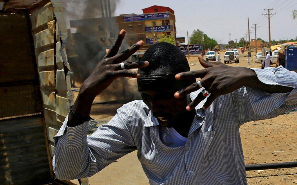 Vse večji pritisk na sudansko vojaško vlado