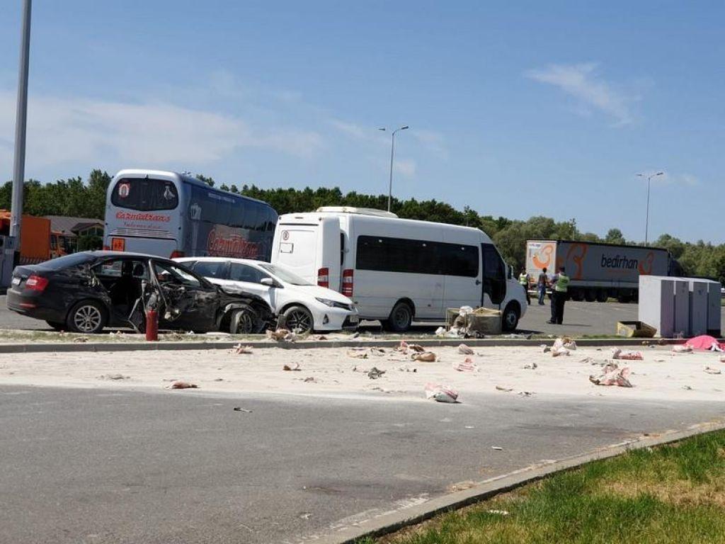 Najstnici umrli pod tovornjakom na parkirišču