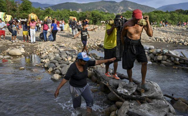 Prebežniki na poti v Kolumbijo. FOTO: Luis Robayo/AFP