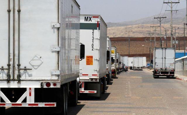 Tovornjaki čakajo na prestop mehiške meje z ZDA. Foto: Reuters<br />