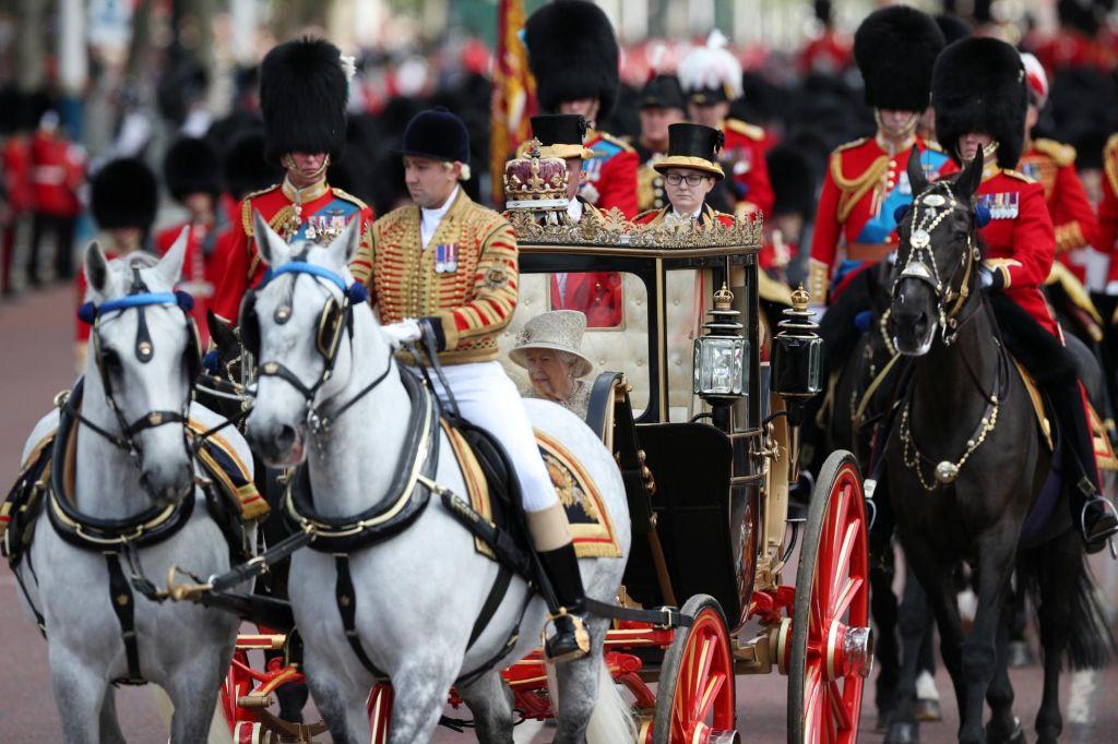 FOTO:Britanska kraljica 93. rojstni dan praznovala na paradi
