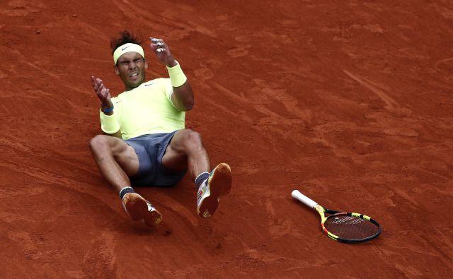 Rafael Nadal je takole proslavil zadnjo točko, ki mu je prinesla že dvanajsto zmago v Rolland-Garrosu. FOTO: Reuters