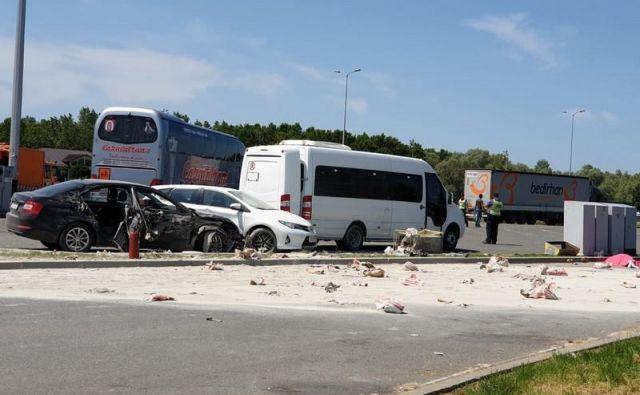 Prizorišče nesreče na avtocestnem parkirišču med odcepoma Okučani in Novska v smeri Zagreba. FOTO: Radio Nova Gradiška