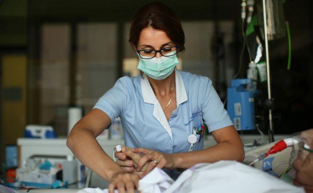 V klinični praksi se je dogajalo, da svojci ali pacienti po ustnem pojasnilu zdravnika niso želeli podpisati obrazca za privolitev ali zavrnitev posega oziroma zdravstvene oskrbe, zato so v UKC sklenili, da podpisi niso več potrebni. FOTO: Jure Eržen/Delo