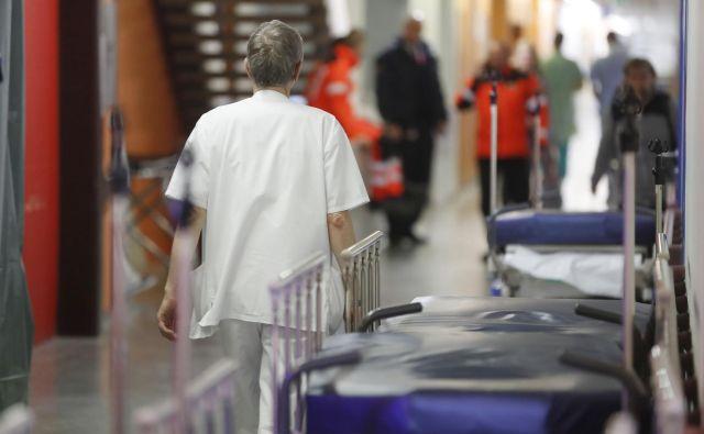 V sedanjih razmerah zavarovalnice s svojo ponudbo dodatnih zdravstvenih zavarovanj pomagajo celotnemu sistemu in delodajalcem, saj si nihče ne želi dolgotrajnih bolniških odsotnosti, ker to povzroča številne težave in dodatne stroške. FOTO: Leon Vidic/Delo