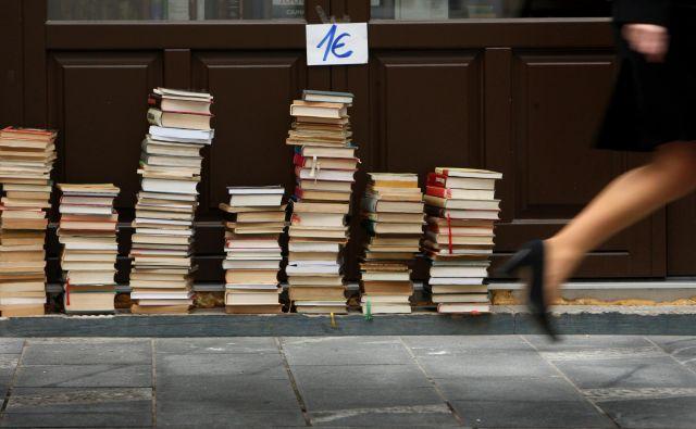 Pomembno je, da obstajajo kvalitetne knjigarne in izurjeni knjigarnarji. Izučenih ljudi pa je zaradi hiranja celotne branže vse manj, soočamo se s podobnim problemom, kot ga že leta opazujemo pri literarni kritiki: ravno ko mlad kritik dobro usvoji svoj poklic, je za normalno preživetje prisiljen iskati boljše vire dohodkov. FOTO: Jure Eržen/Delo