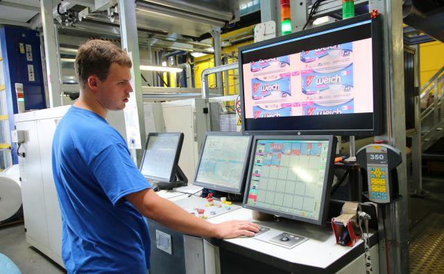 V družbi Makoter imajo najsodobnejše stroje za tisk na plastične folije.<br /> FOTO: Jože Pojbič/Delo