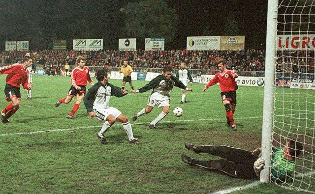 Sašo Udovič (št. 9) je leta 1998 v prvem snidenju Slovenije in Latvije strl goste šele v 86. minuti tekme v Mariboru. FOTO: dokumentacija Dela