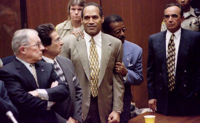 Odvetniški štab O.J. Simpsona na čelu z Johnniejem Cochranom (ob njem), Leejem Baileyem (levo), Robertom Kardashianom in Robertom Shapirom (desno) je svojo nalogo opravil brezhibno.