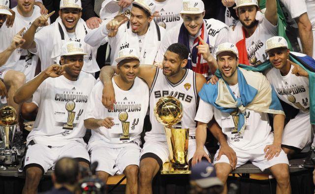 Zadnjega od štirih naslovov prvaka v NBA je Tony Parker (levo od pokala in Tima Duncana) osvojil leta 2014. FOTO: Reuters