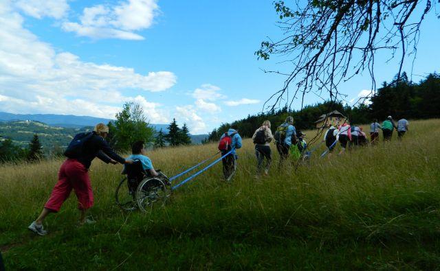 Na Mengeško kočo na Gobavici se je peš in z invalidskimi vozički podalo 273 planincev, starih od tri do 80 let. FOTO: arhiv PZS