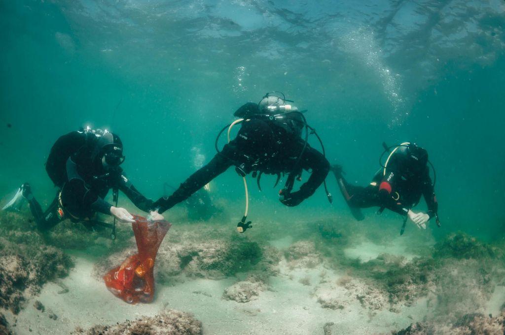 FOTO:Več kot dvesto potapljačev je očistilo 50 kvadratnih kilometrov morskega dna