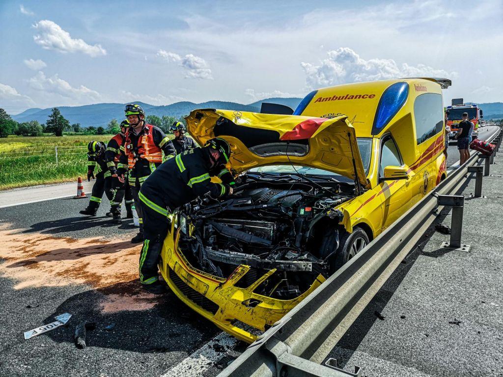 Avstrijsko reševalno vozilo trčilo zaradi prekratke varnostne razdalje