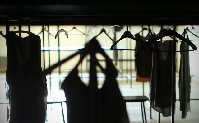 Oblek v Franciji ne bodo več zažigali. Niti jih uničevali kako drugače. Pripravljajo zakon, ki predvideva njihovo ponovno uporabo. Foto: Jure Eržen/Delo