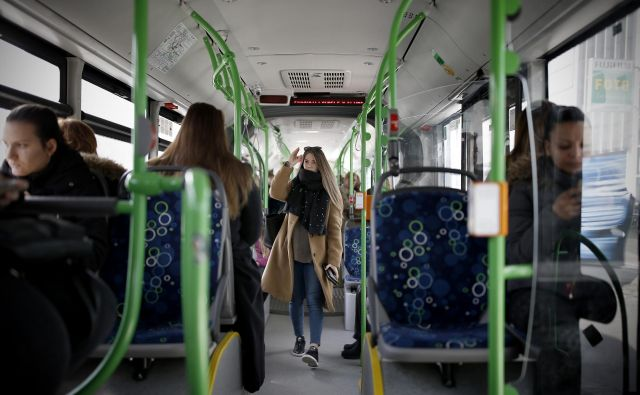 Vodilo trajnostne mobilnosti je zadovoljiti potrebe vseh ljudi po mobilnosti ter obenem zmanjšati promet in njegove škodljive posledice. Zato mnoga mesta stavijo na učinkovit javni prevoz. Pa Slovenci? Foto: Blaž Samec/Delo