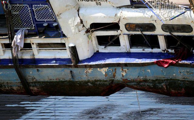 Danes je dvig potopljene ladjice le uspel. Zatem so jo naložili na tovorno plovilo, s katerim jo bodo odpeljali v industrijsko pristanišče Csepel na jugu madžarske prestolnice. FOTO: Lisi Niesner/Reuters