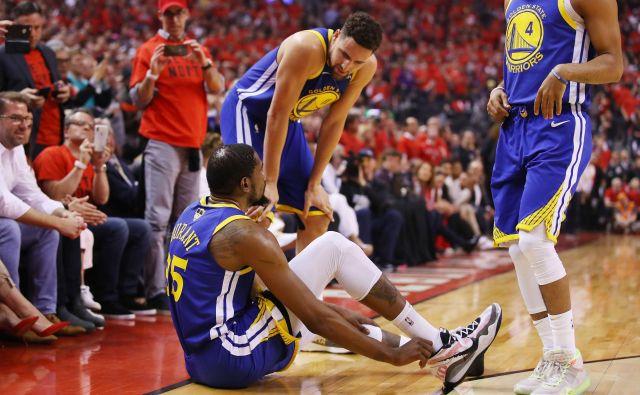 Ko je Kevin Durant obsedel na tleh in se prijel za ahilovo tetivo, je Klaya Thompsona spreletel srh. FOTO: AFP